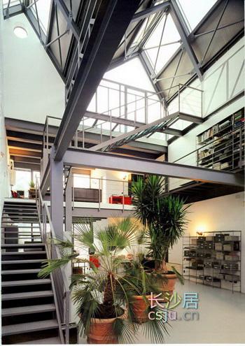 开敞的空间,上下双层的复式结构,类似戏剧舞台效果的楼梯和横